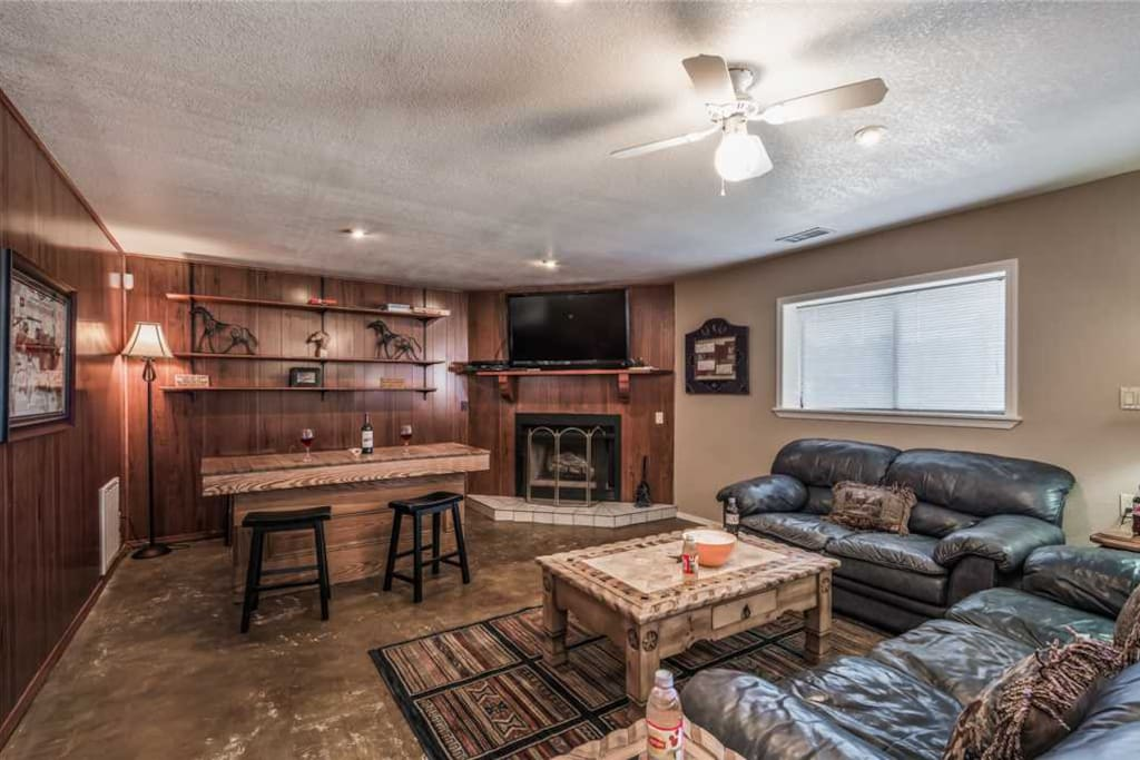 Spacious Living Room - Bogie has large. comfortable couches, cable TV, and ceiling fan so you can enjoy your evenings with family and lots of breathing room.