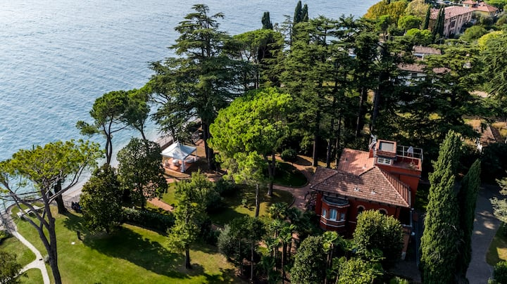 Villa Titynino with private beach and wide park