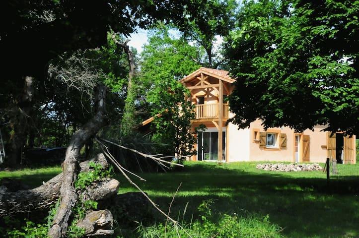 Gîte restauré dans une chesnaie de 4 hectares