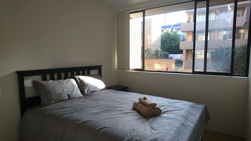 Cozy Bedroom with Sunny Garden View - Mosman - Byt