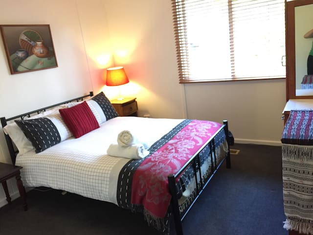 CENTRAL CANBERRA GUESTHOUSE - Narrabundah - 獨棟