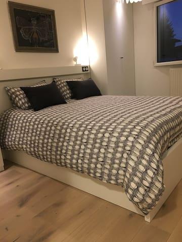 Chambre avec lit confortable ferme 160x200. Rangements, penderie .