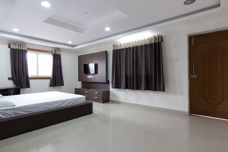Calm, Big, Bright house HiTech city - Hyderabad - Appartement