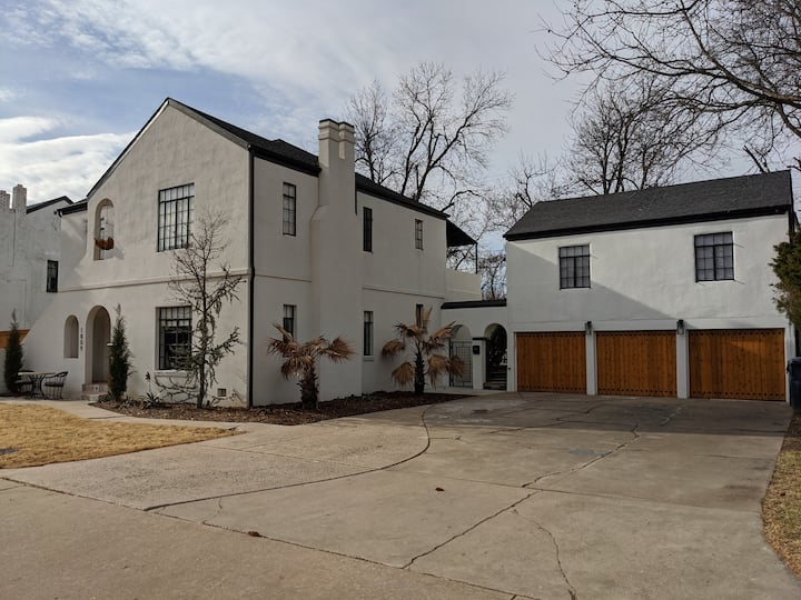 Charming Garage Apartment in OKC famous street