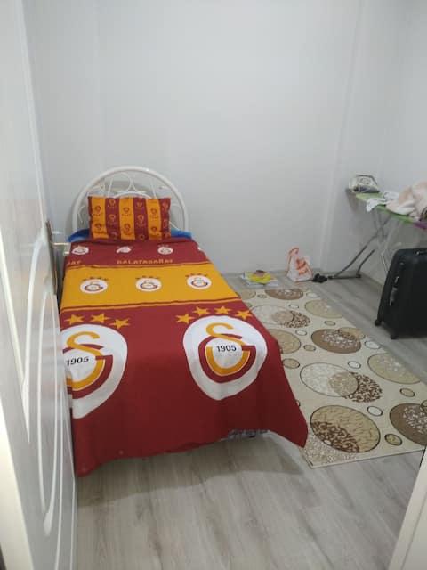 Tek kişilik yatak oda ve samimi bir arkadas ortamı