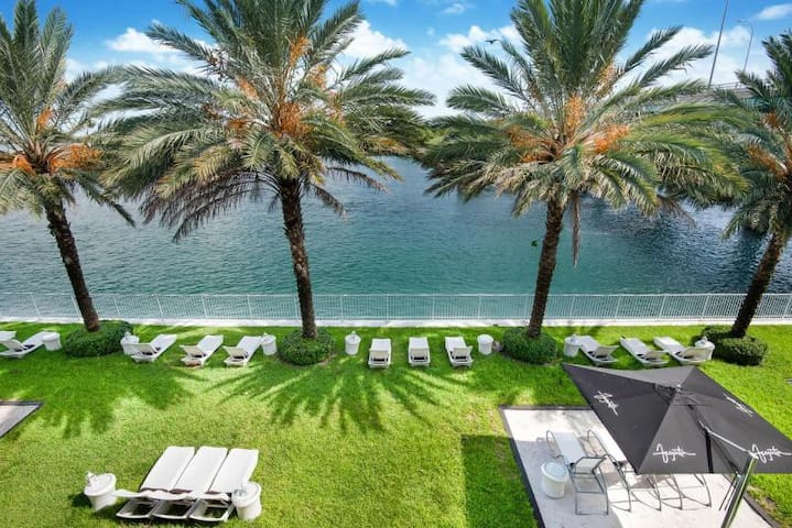 Spacious 1BR Suite, Pool, Steps to The Beach!