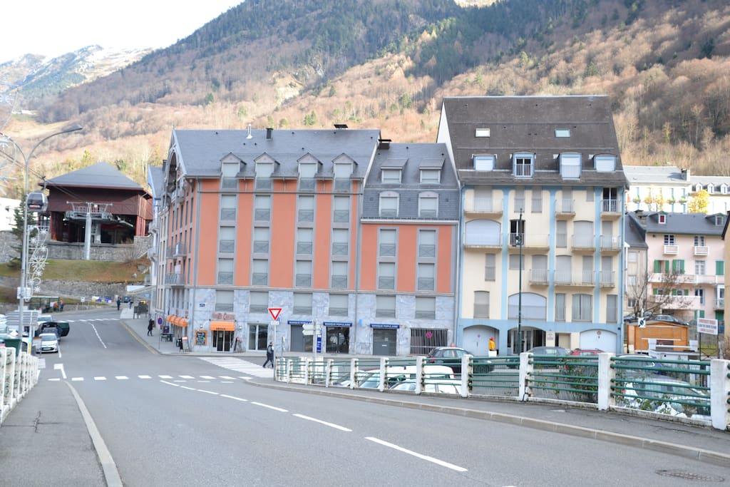 L'immeuble beige dans lequel se trouve l'appartement