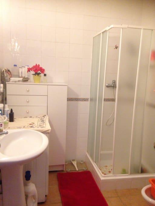 salle d'eau avec machine à laver et toilettes