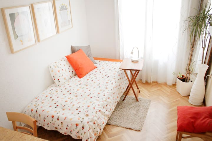 Bonita habitación con balcón cerca de Atocha - Madrid - Apartamento