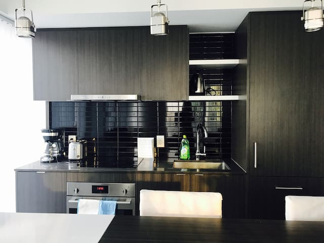 Luxury one bedroom plus study room in DT Toronto