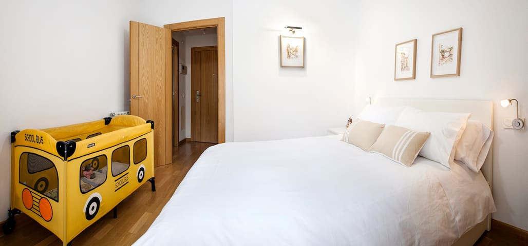 Dormitorio equipado con cuna de viaje