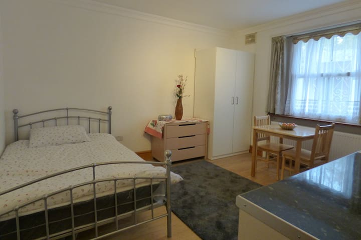1B.Comfortable double room /private bathroom.