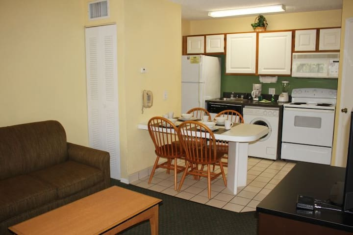 Ultimate Orlando Getaway! Shuttle to Parks, 1BR!