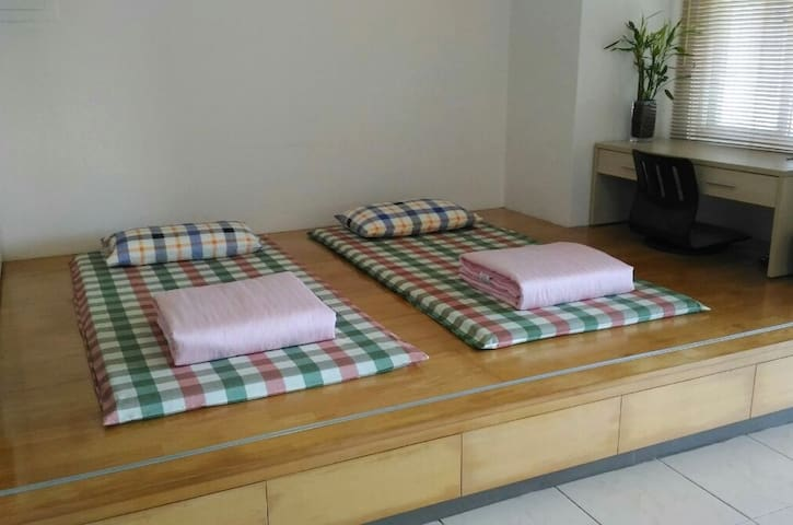 備有床墊及被褥,可睡3-4人。