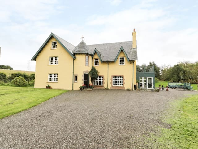 TULCHAN LODGE, pet friendly, with open fire in Perth, Ref 953719