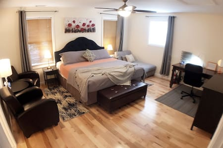 Deluxe master bedroom, King bed & private bath