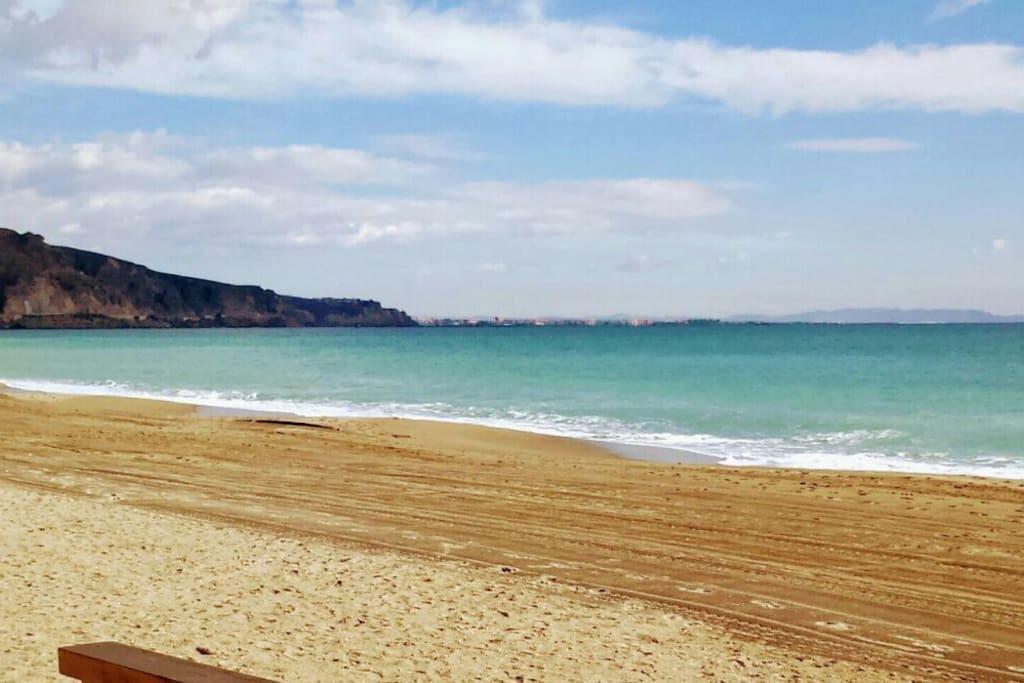 Aspecto de la playa de Aguadulce a primera hora del dia.