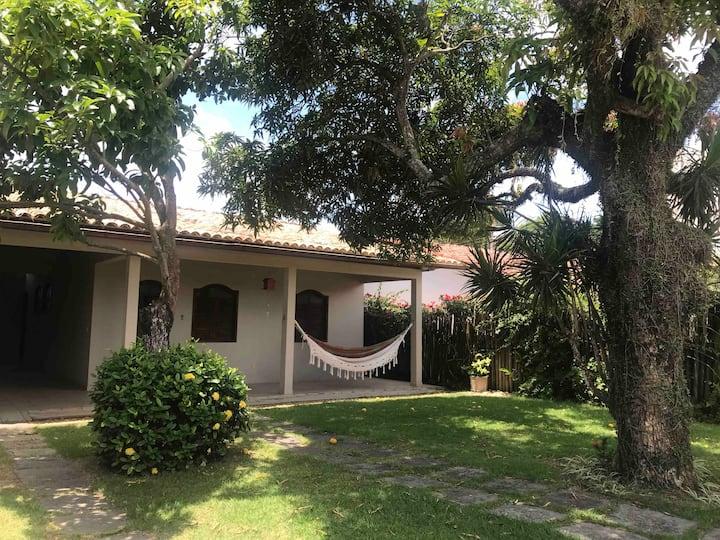 Casa em Meaipe, arejada e confortável, 5 min distante da praia a pé, 3 quartos  com ar condicionado, 3 banheiros, cozinha completa e sala de almoço, sala de estar com TV , área de serviço com máquina de lavar roupa, varanda e jardim com mangueira e abacat