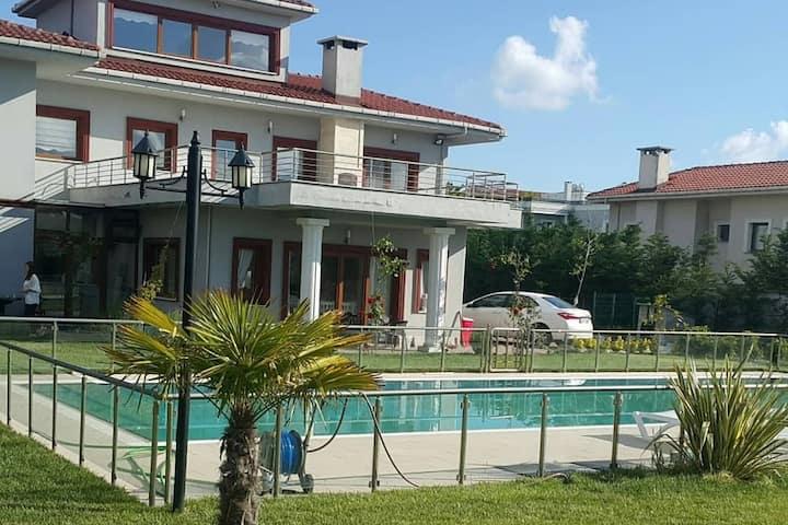 Private villa w garden & pool bc