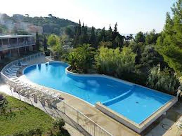 T2 rez de jardin, piscine , parking , mer à 150 m