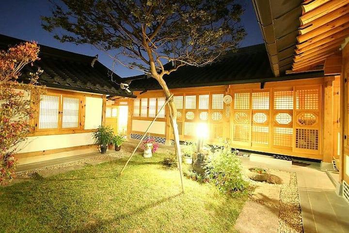 전주한옥마을내 전통한옥 사랑나무-최대35인 가능