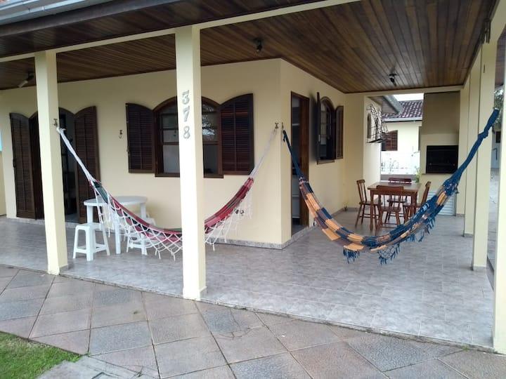 Casa Guaratuba espaçosa, confortável e com piscina