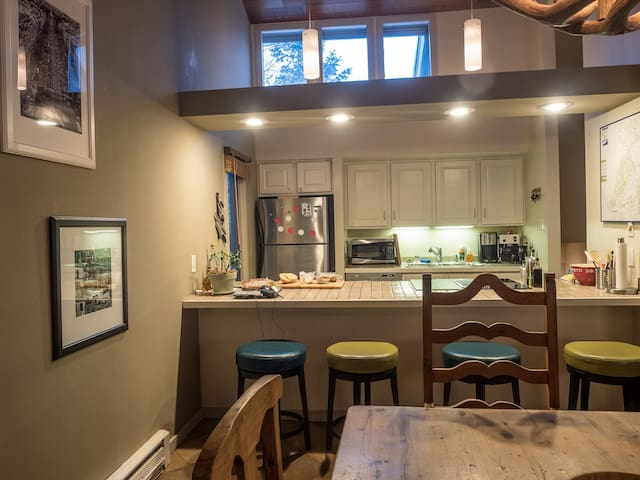 Kitchen breakfast bar.