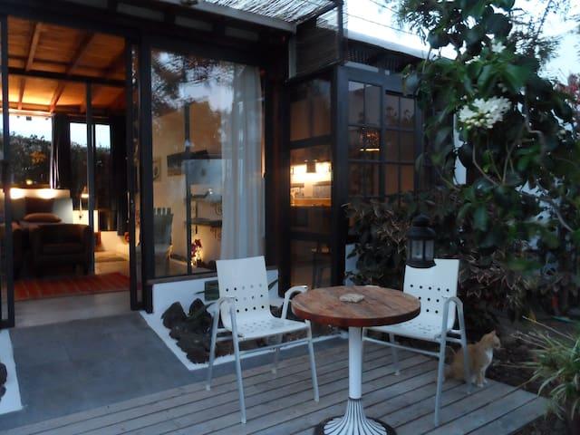 estudio acristalado  en bonito jardín, Lanzarote