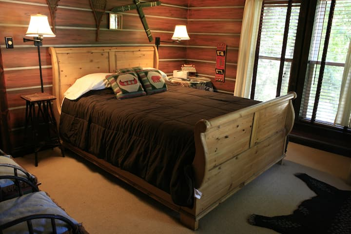Log Cabin -Standard-Queen-Private Bathroom(no pet)