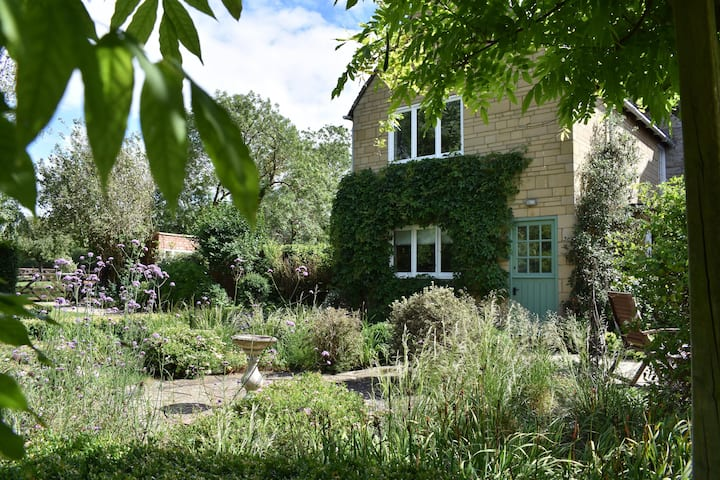 Rose cottage hidden in the charming Countryside