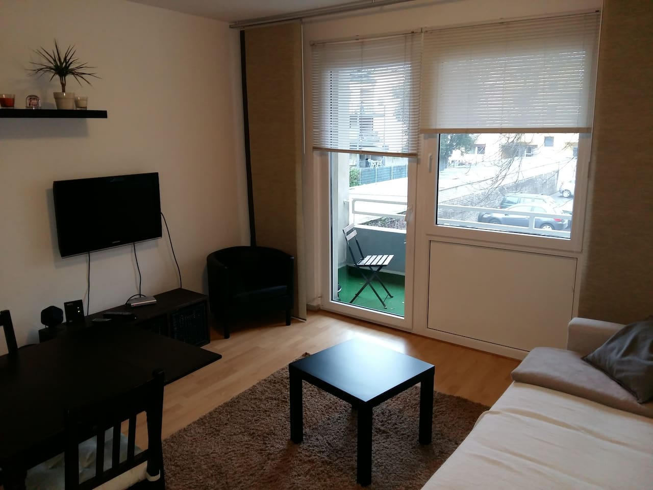 Wohnzimmer mit Balkon und Küche