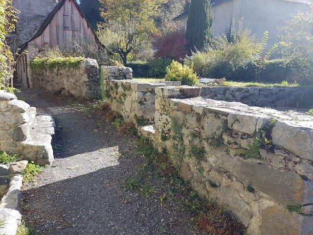 Les deux jardins bordés de murs en pierre.