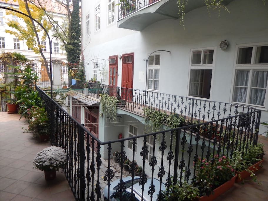 INSIDE THE HOUSE / ACCESS TO THE APARTMENT VIA TERRACE