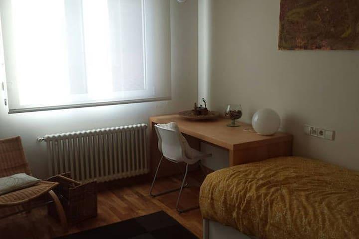 Habitación individual con dos camas en chalet - Poio - Chalé
