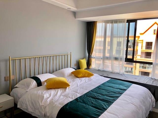 灰色次卧配备了1张1.8m大床,定制了豪华酒店床上用品,芝华士乳胶床垫,以及非常实用的大飘窗