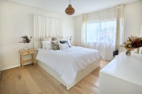 Stunning Cronulla apartment walk to beach and mall