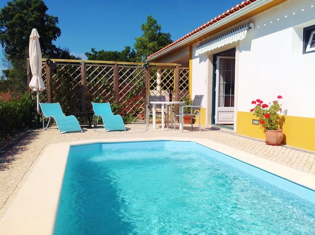 Private accommodation with own pool - Constância - Cabana