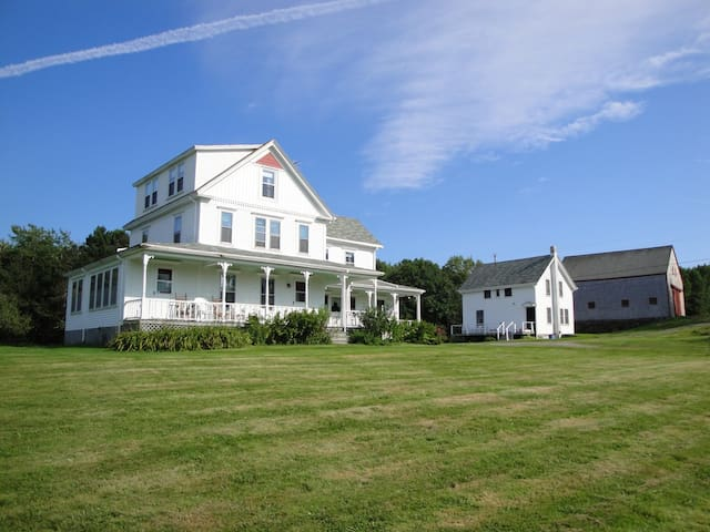 Hillcrest Farmhouse in New Harbor