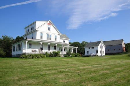 Hillcrest Farmhouse in New Harbor