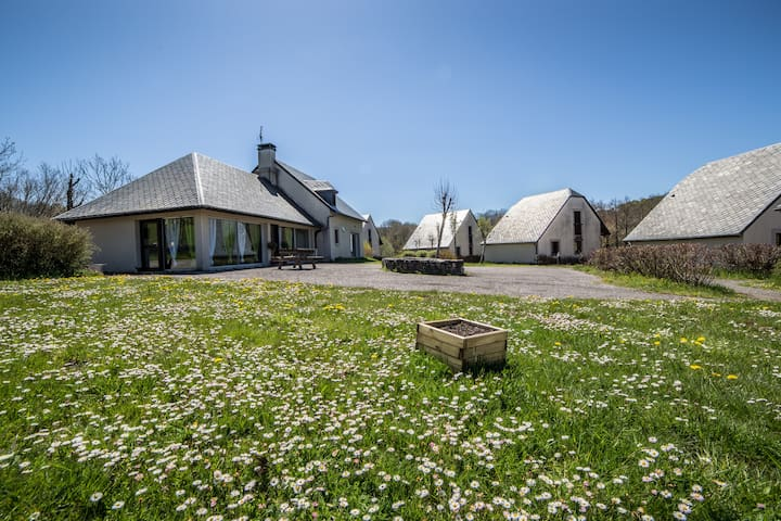 Verdure, rivière, bonne humeur en gîte 3 étoiles - Valette - Haus