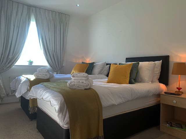 Cosy Riverside Cathedral View Executive Apartment