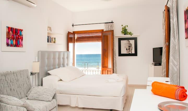 Estudio 1º linea de playa con vistas al mar y WIFI