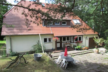 Dachkammer im Haus am Hang - Neubrandenburg - บ้าน