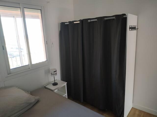 Chambre avec lit double et dressing