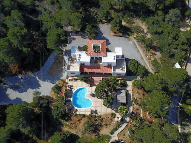Sea View/large pool/5 beds/12pax+/Pool Table/Villa