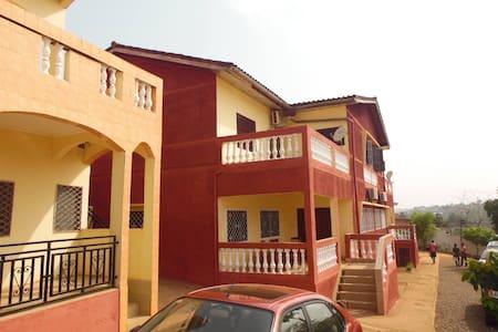 Yaoundé, appartement meublé 2 Chambres avec séjour