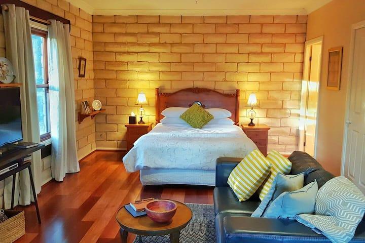 Secret Valley Escape - Romantic Spa Cottage - Wattle