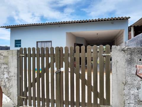 Casa arejada 100 mts da praia 1,5km do Boqueirão..
