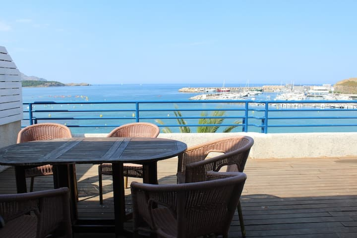 Nice top-floor apartment with large sunny terrace and panoramic views. Situated on the 1st