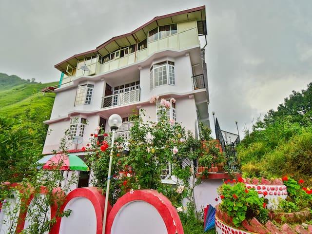 OYO - Elegant 2BHK Retreat for Four Guests in Shimla
